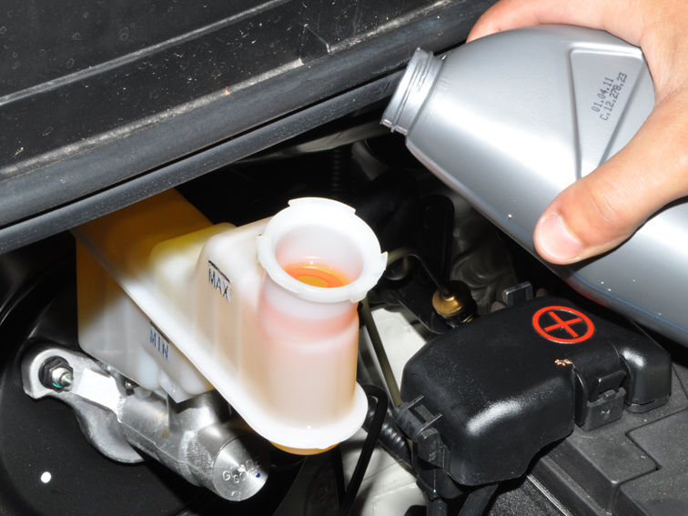 Замена жидкости в тормозной системе автомобиля